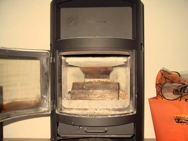 accensione stufa a legna con pellet senza fumo-05