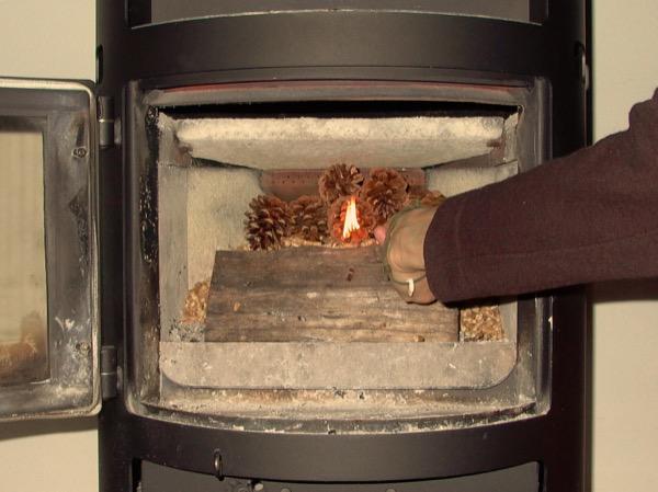 accensione stufa a legna con pellet senza fumo-07