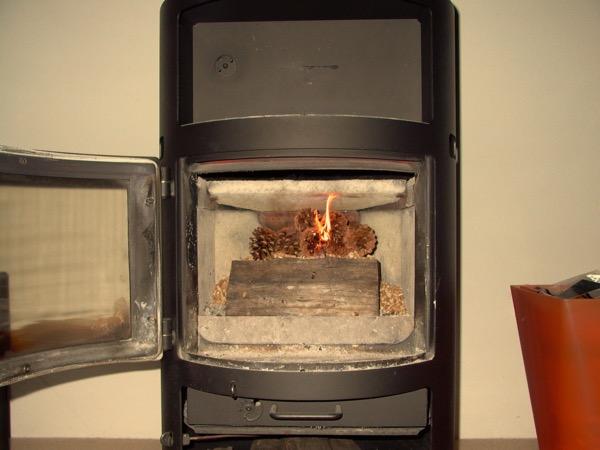 accensione stufa a legna con pellet senza fumo-09