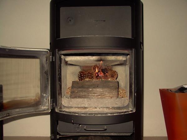 accensione stufa a legna con pellet senza fumo-10