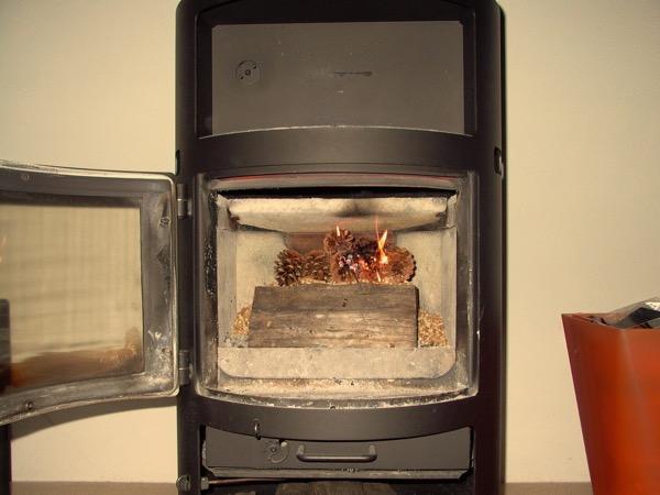 accensione stufa a legna con pellet senza fumo-11
