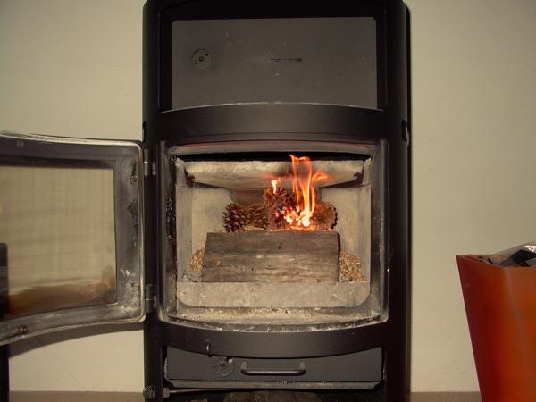 accensione stufa a legna con pellet senza fumo-12