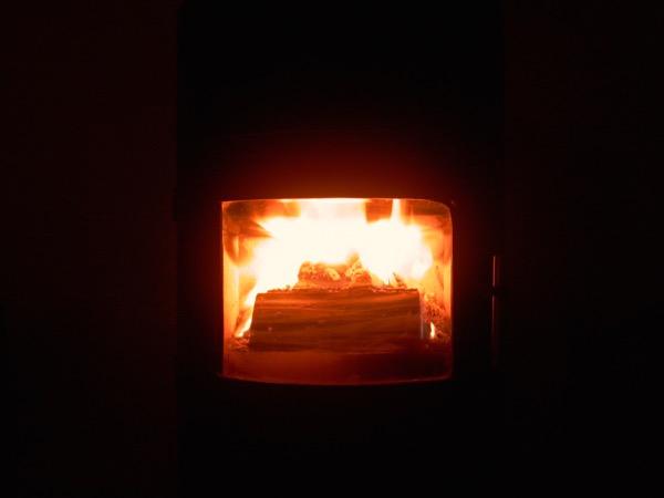 accensione stufa a legna con pellet senza fumo-21