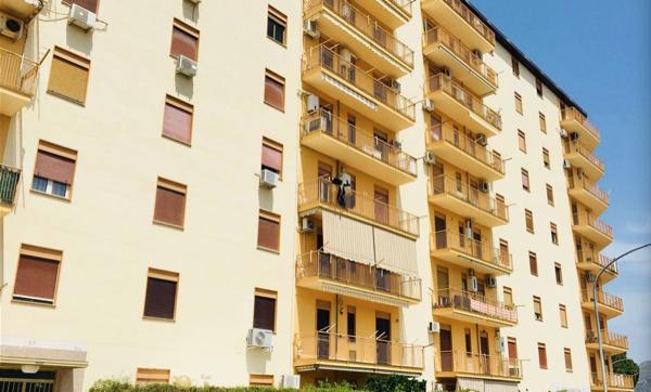 appartamento - Verifica delle perdite per trasmissione di pareti e serramenti in appartamento al piano intermedio in Clima caldo 4