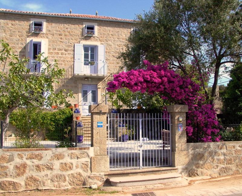 la maison en granit - L' isolation en granit devient une maison de vacances en Corse 2